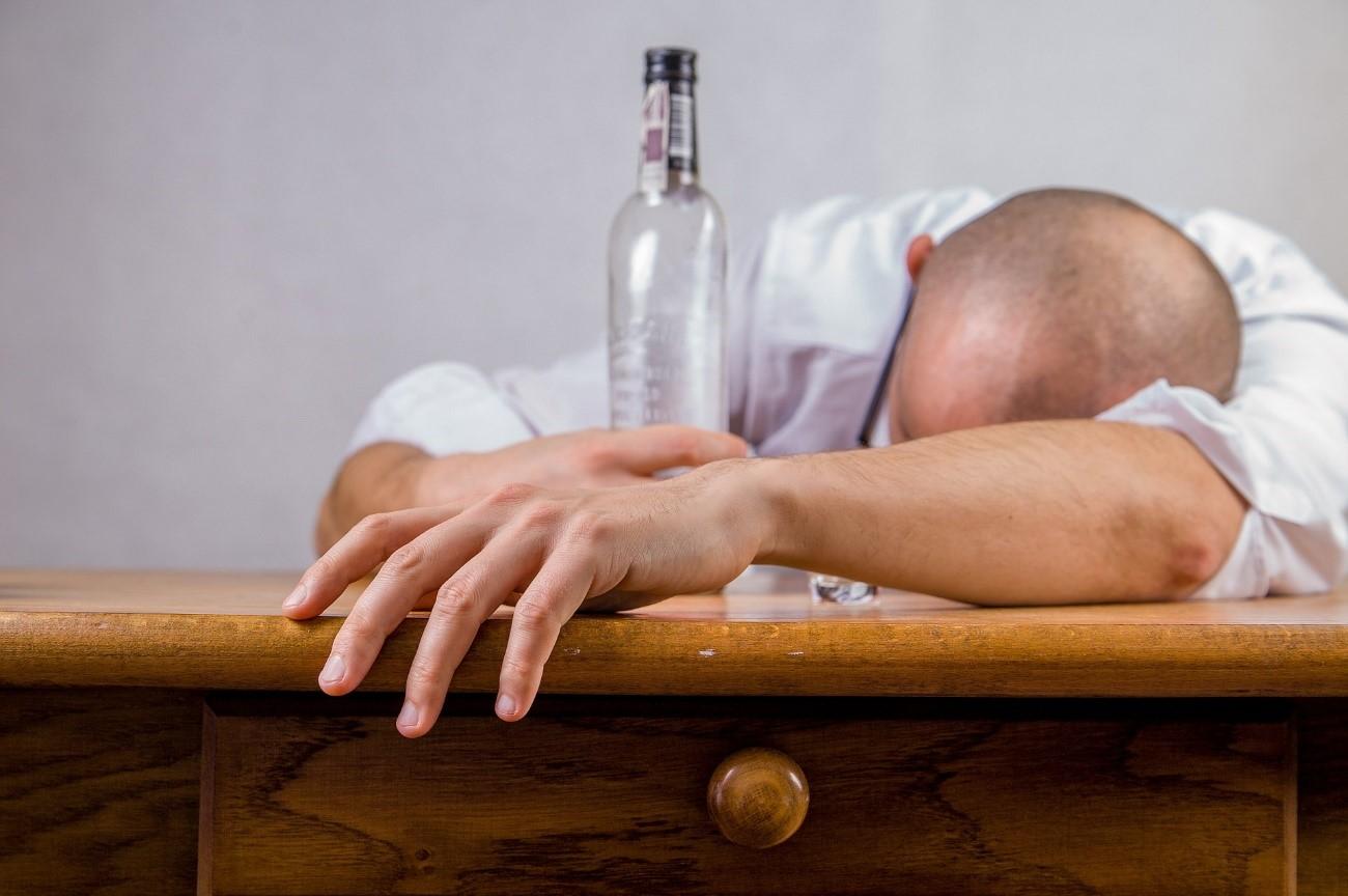 飲みすぎの男性